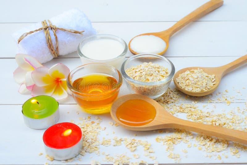 Naturliga ingredienser för hemlagad kroppframsida skurar havrehonung och yoghurt pärlor för blå för begrepp för bakgrundsskönhet  fotografering för bildbyråer