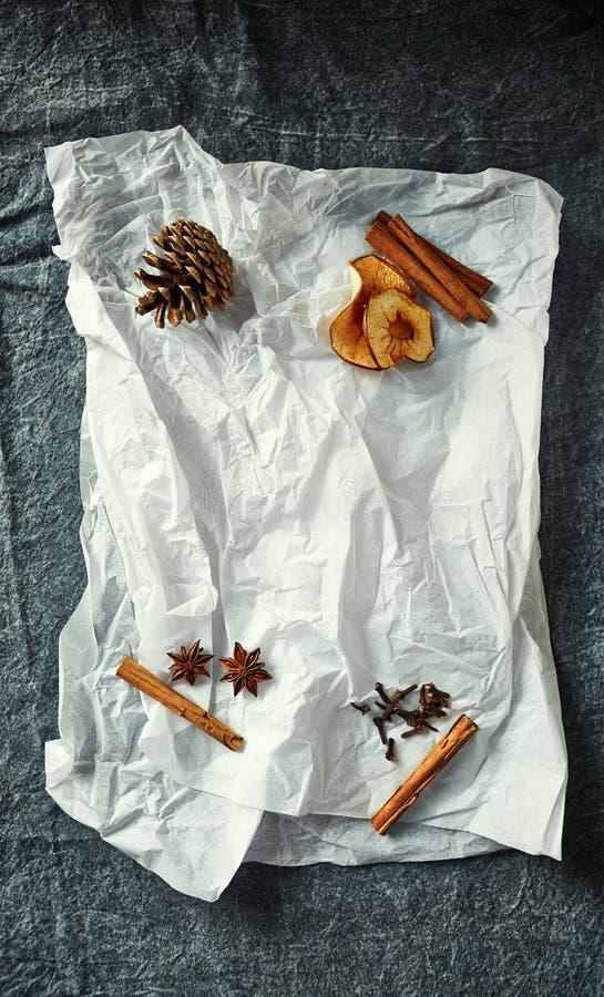 Naturliga ingredienser för jul som bakar och lagar mat på vitbok arkivfoto