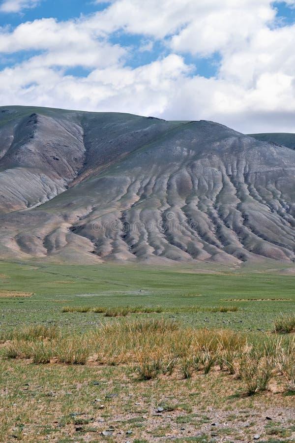 Naturliga landskap för mongoliskt berg med den eroderade foothilllutningen royaltyfri bild
