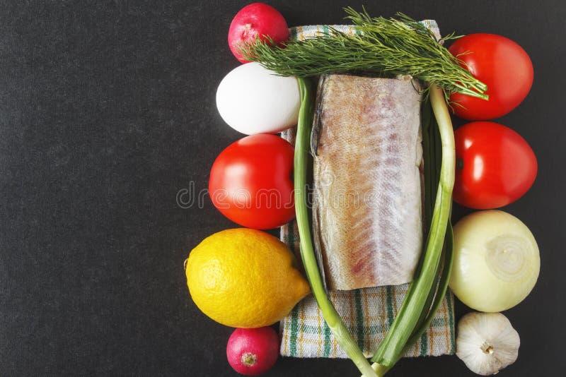Naturliga livsmedel för att laga mat från mogna rå grönsaker, ägg och lyrtorsk sund begreppsmat Top beskådar kopiera avstånd arkivfoto