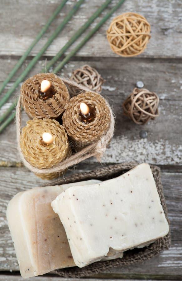 Naturliga olivgröna tvål- och honungstearinljus royaltyfri fotografi