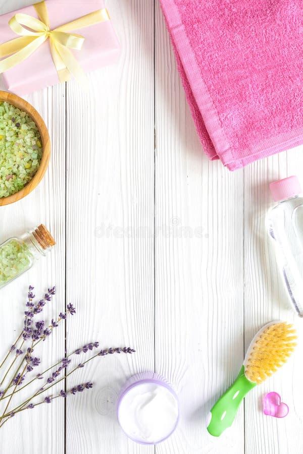 Naturliga organiska skönhetsmedel för behandla som ett barn med lavendel på träbakgrund royaltyfria foton