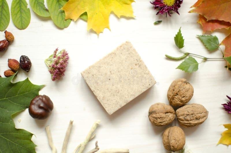 Naturliga organiska skönhetsmedel Hand - gjord tvål på de vita trälodisarna royaltyfri fotografi