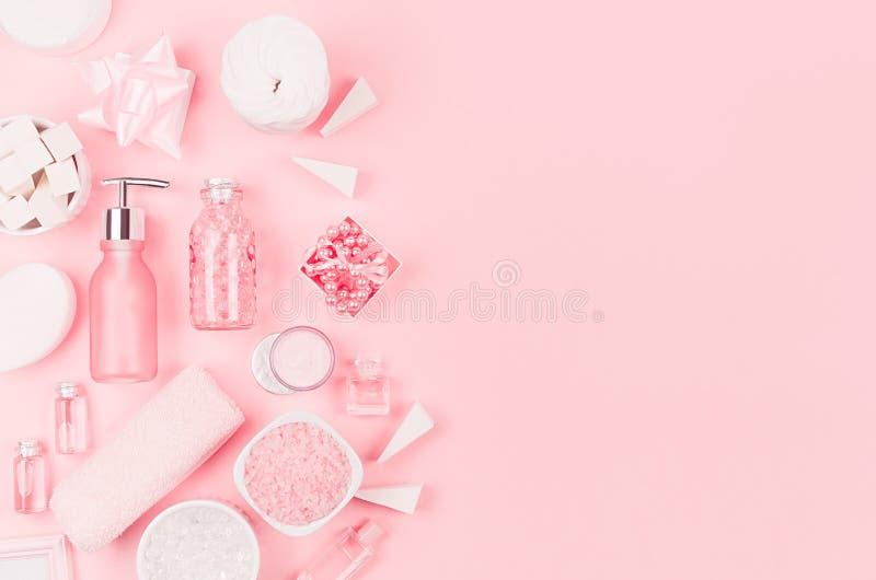 Naturliga produkter för hudomsorg, tillbehör för badrum - kräm, saltar, nödvändig olja, tvål, handduken, doft, pärlor, gåvan, ask arkivfoton