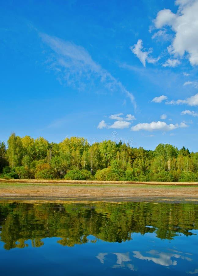 Naturliga reflexioner på en lake och en härlig sky arkivbilder