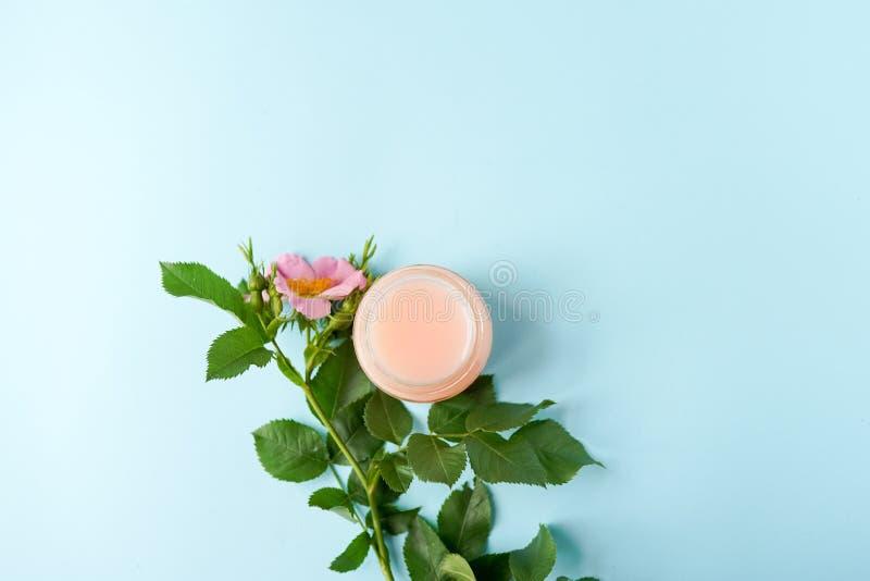 Naturliga skönhetsmedel som växt- lugna stelnar aromframsidamaskeringen från rosa hälsovård för hudframsidan, blommagarnering läg royaltyfria bilder