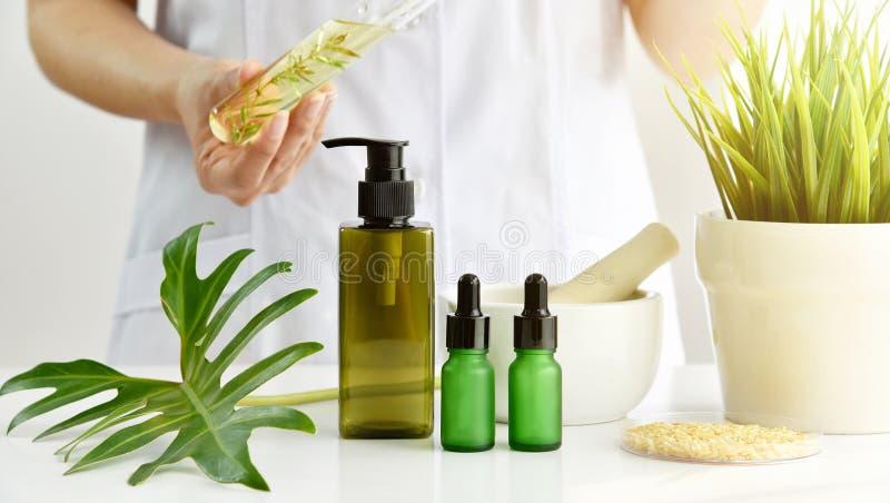 Naturliga skincareskönhetsmedel forskning och utvecklingsbegrepp, doktor som formulerar nya skönhetsprodukter från organiska natu arkivfoto