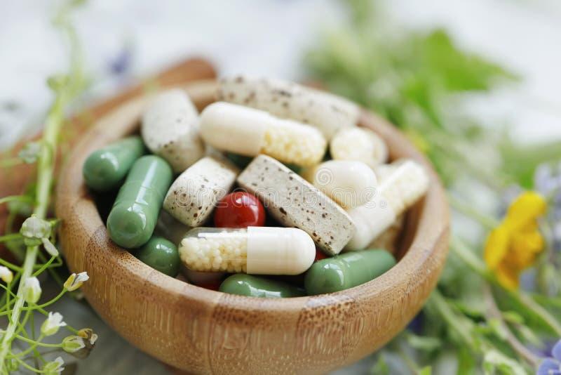 Naturliga suplementspiller, alternativ medicin med växt- växtextraktpiller arkivfoton