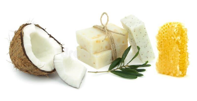 Naturliga växt- tvålar med kokosnöten, oliv och honung royaltyfria foton