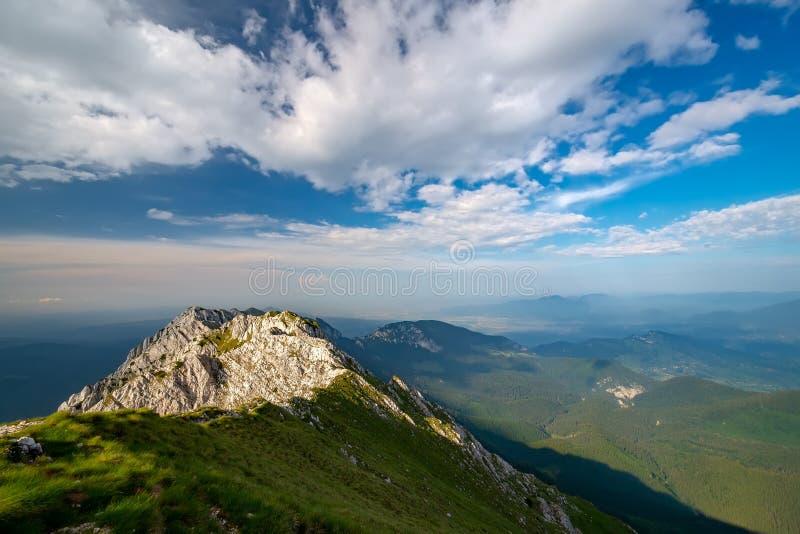Naturligt alpint landskaplandskap av berg och dramatisk molnig himmel Hisnande panoramautsikt av storartat kliområde från royaltyfria foton