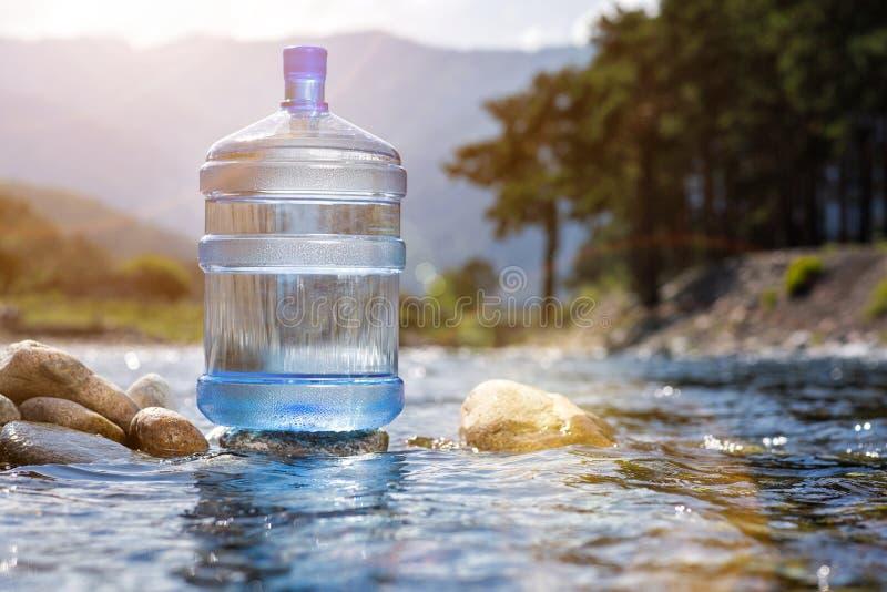 Naturligt dricksvatten i en stor flaska fotografering för bildbyråer