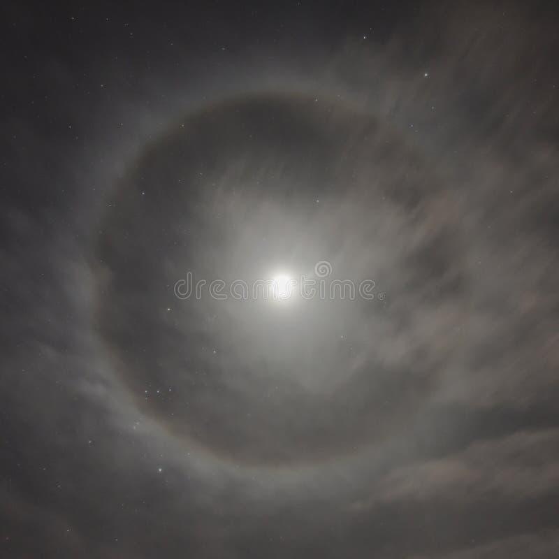 Naturligt fenomen i natthimlen Månegloria arkivbilder