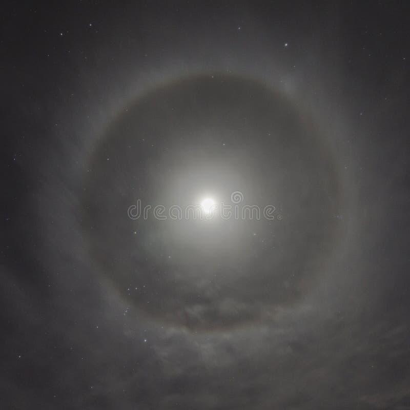 Naturligt fenomen i natthimlen Månegloria arkivfoto