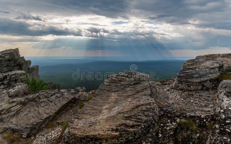 Naturligt fenomen: skymningstrålar Sikt från höjdpunkt av berget royaltyfri fotografi
