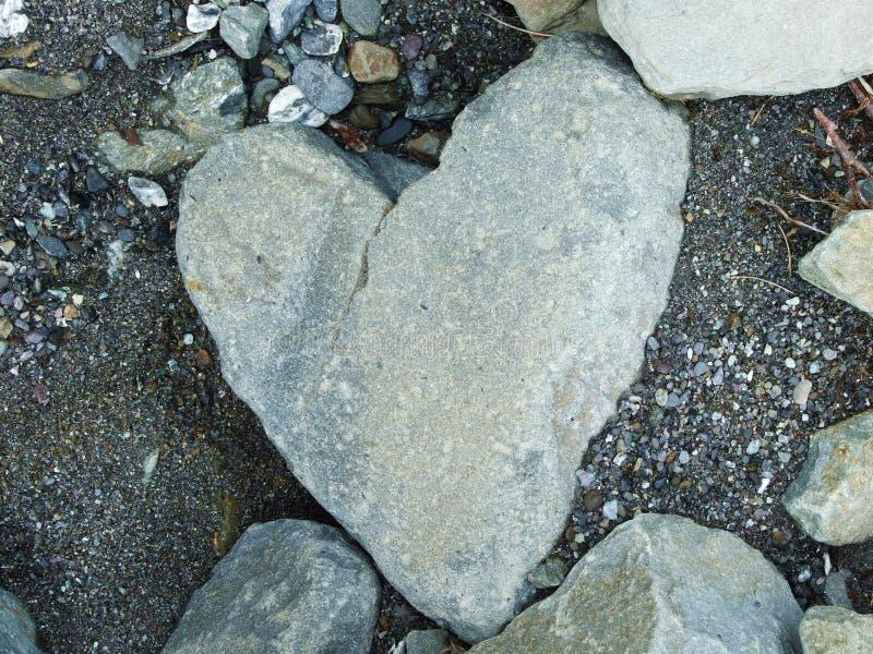 Naturligt format stena hjärta längs strömmen Jetzbach i den alpina dalen av Im fjorden arkivbilder
