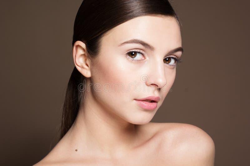 Naturligt härlig kvinna med perfekt hud royaltyfria bilder