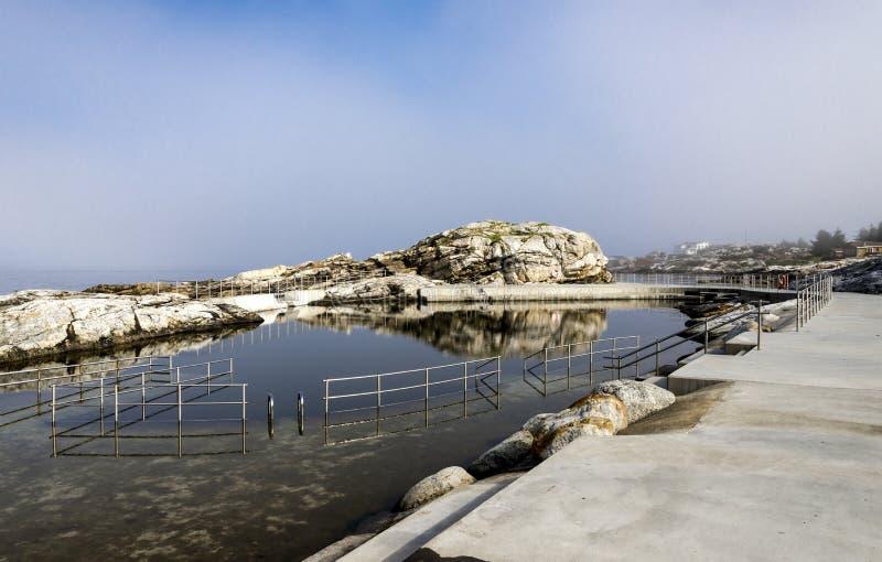 Naturligt havsimbassäng Sjobadet Myklebust med spegel som vattenyta, Tananger royaltyfri foto