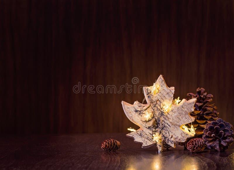Naturligt julpynt med ljus royaltyfri foto