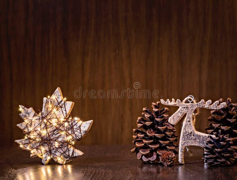 Naturligt julpynt med ljus royaltyfri bild