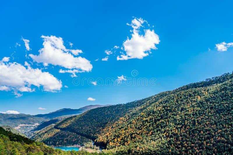 Naturligt landskap av den Blue Moon dalen i det Yulong snöberget, Lijiang, Yunnan, Kina royaltyfri fotografi