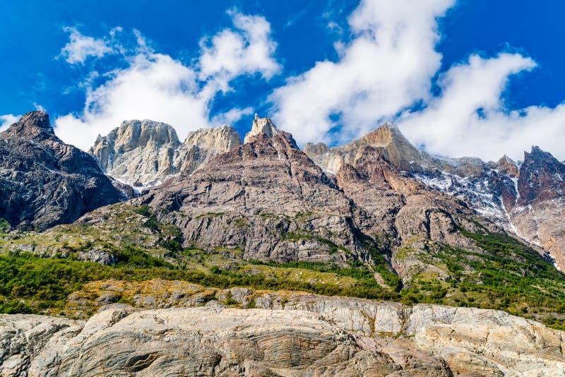 Naturligt landskap med härliga berg på kusten av Grey Lake på den Torres del Paine nationalparken fotografering för bildbyråer