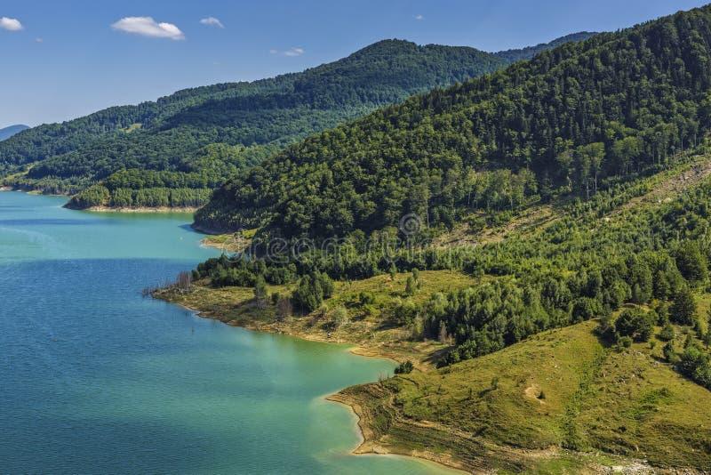 Naturligt landskap med sjön royaltyfri fotografi
