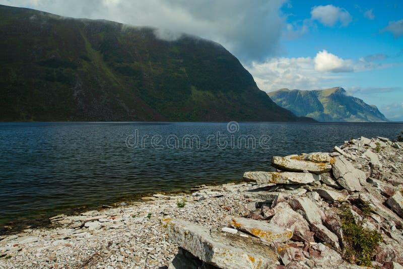 Naturligt landskap på geirangerfjorden royaltyfria bilder