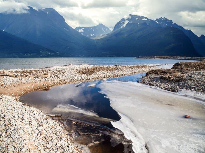 Naturligt landskap på geirangerfjorden arkivfoto