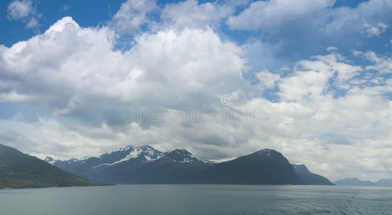 Naturligt landskap på geirangerfjorden arkivbild