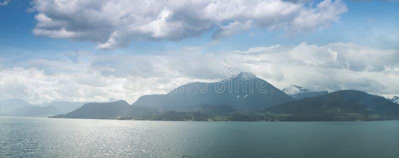 Naturligt landskap på geirangerfjorden royaltyfri fotografi