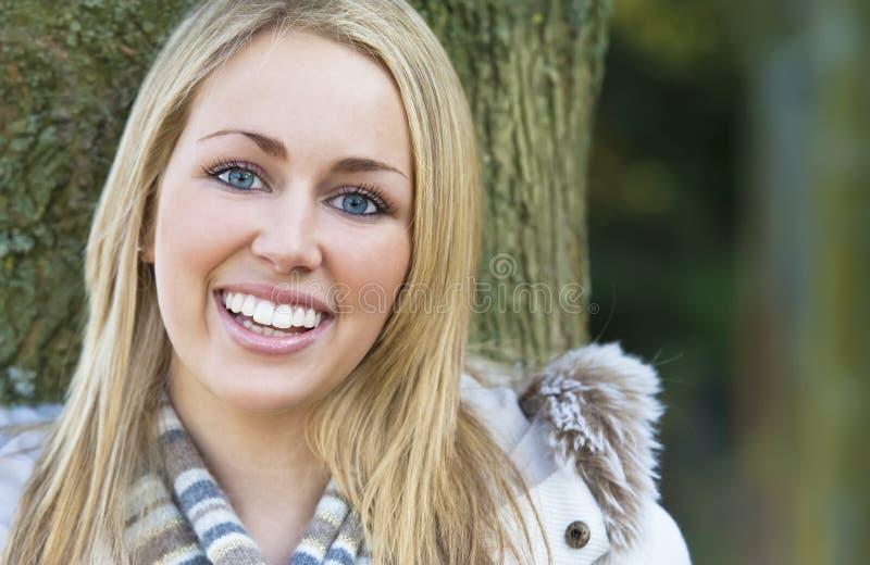 naturligt leende royaltyfri foto