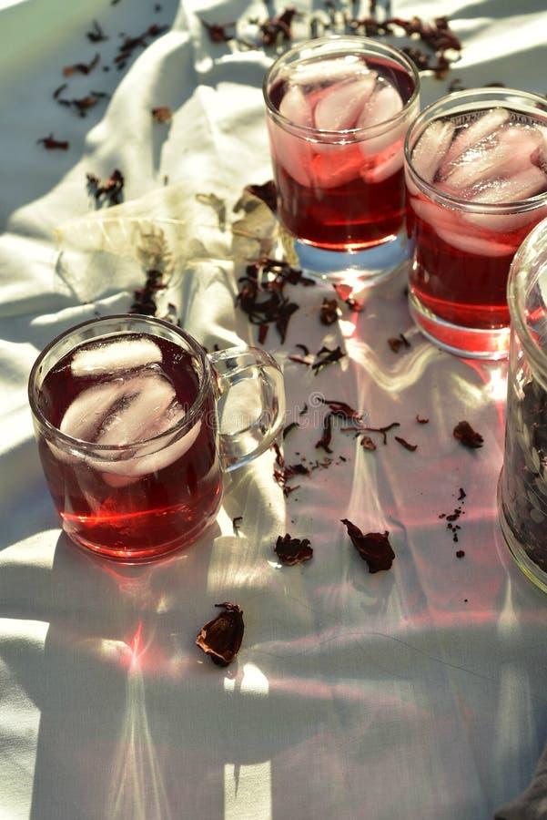 Naturligt rött iste som gjordes av hibiskusblommakronblad, kallade Fleur de Jamaica i Mexico arkivbilder