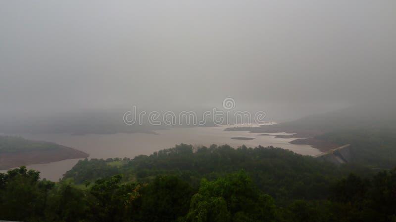 Naturligt regn för Koynanagar fördämning royaltyfri fotografi