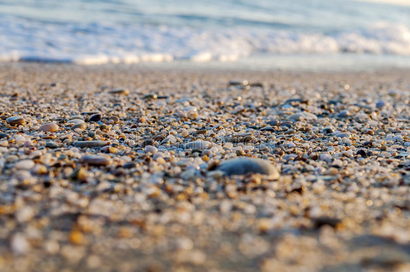 Naturligt rundat grus på havskusten, tex för naturhavsbakgrund royaltyfri foto