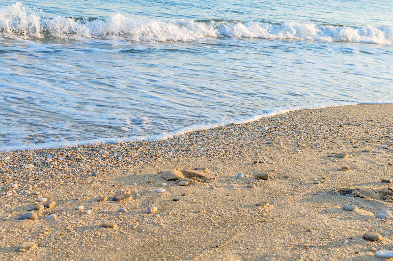 Naturligt rundat grus på havskusten, tex för naturhavsbakgrund royaltyfri bild