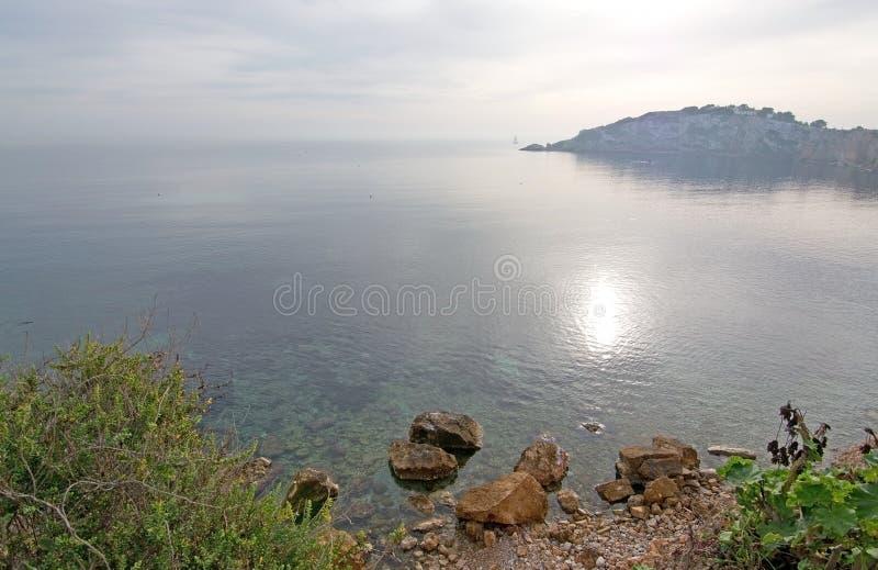 Naturligt sjösidalandskap Ibiza fotografering för bildbyråer