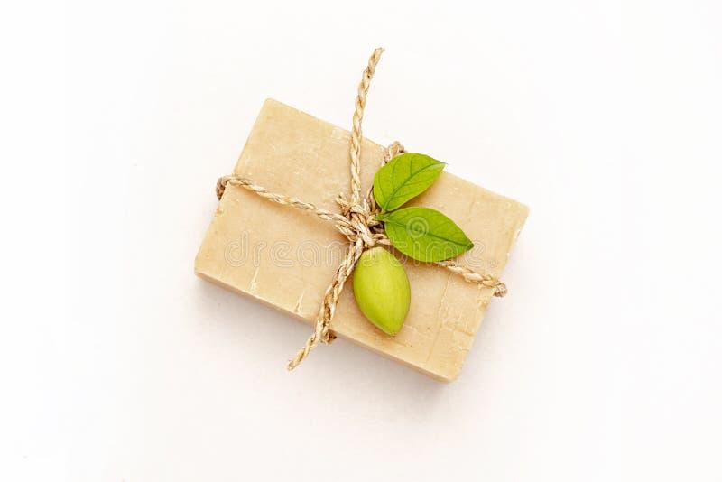Naturligt sk?nhetsmedel- och wellnessbegrepp Organisk tvål på vit bakgrund, naturlig tvål, skönhet, brunnsort, terapi, naturlig h royaltyfri bild