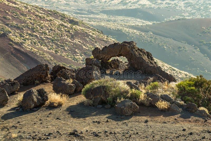 Naturligt stena bågen av härdad lava nära monteringen av Igueque, solnedgångtid Teide nationalpark, Tenerife, kanarief?gel?ar, Sp royaltyfria foton