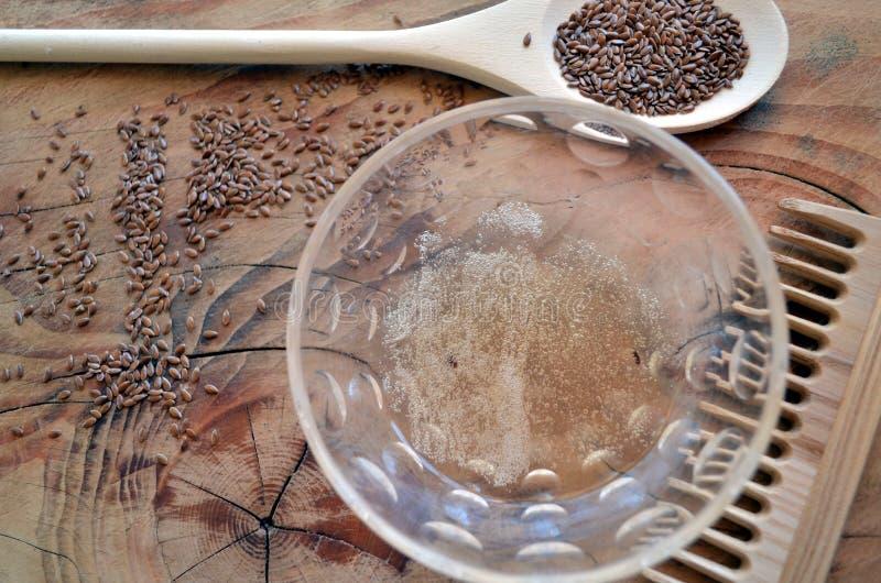 Naturligt utforma för lockigt och krabbt hår: flaxseeden stelnar i den glass bunken royaltyfri foto