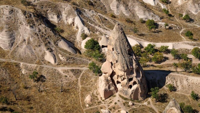 Naturligt vulkaniskt eroderat bildande med skapade grottahus på den soliga dagen uppehällemuseum, Cappadocia, kalkon royaltyfri fotografi