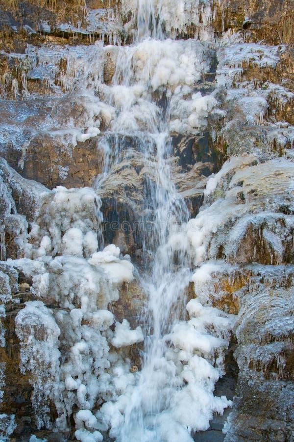 Naturmakt - som är nära upp av den djupfrysta naturliga bergvattenfallet royaltyfri fotografi