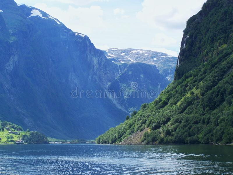 NaturNorge sommar Vatten skogfjord på en solig dag royaltyfria foton