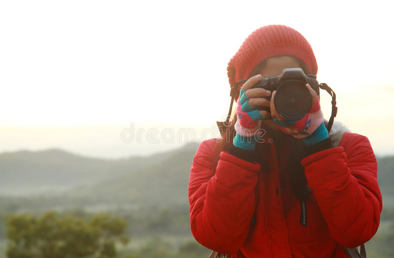 Naturphotograph, der Fotos während des Wanderns von Reise macht stockfotografie