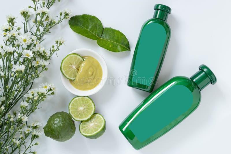 Naturprodukter för hårbegrepp format två av den gröna plast- flaskan med den tomma etiketten innehåller växt- bergamotschampo arkivfoto