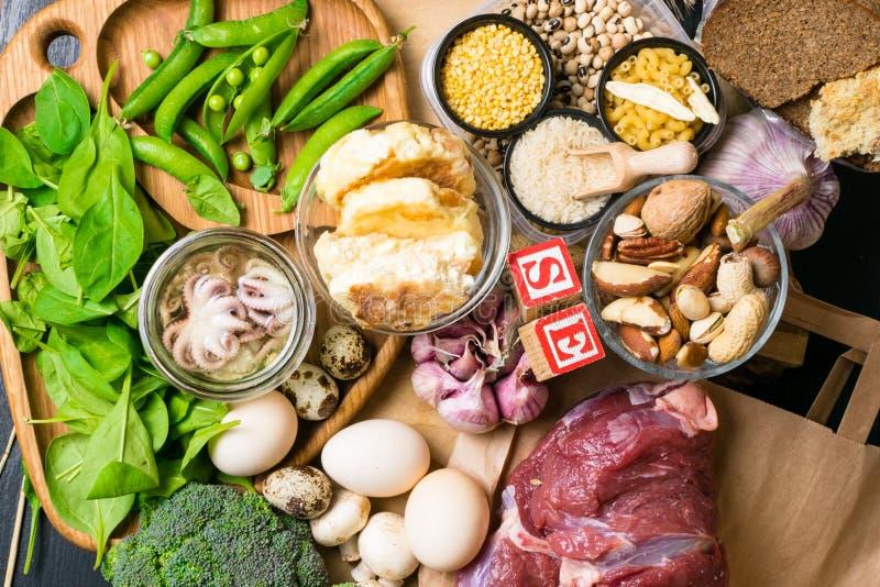 Naturprodukter och ingredienser som innehåller selen, diet-fiber och mineraler, begrepp av sund näring arkivfoton