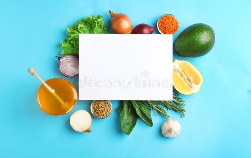 Naturprodukter och tomt kort med utrymme för text på färgbakgrund, bästa sikt arkivbild
