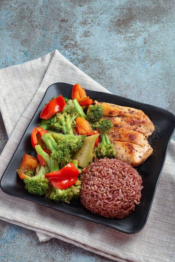 Naturreis mit der Grillhühnerbrust und -brokkoli mit Salat des grünen Pfeffers lizenzfreies stockbild