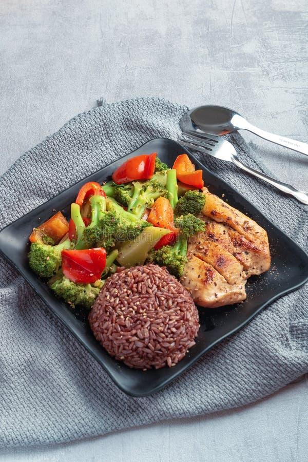 Naturreis mit der Grillhühnerbrust und -brokkoli mit Salat des grünen Pfeffers stockbild