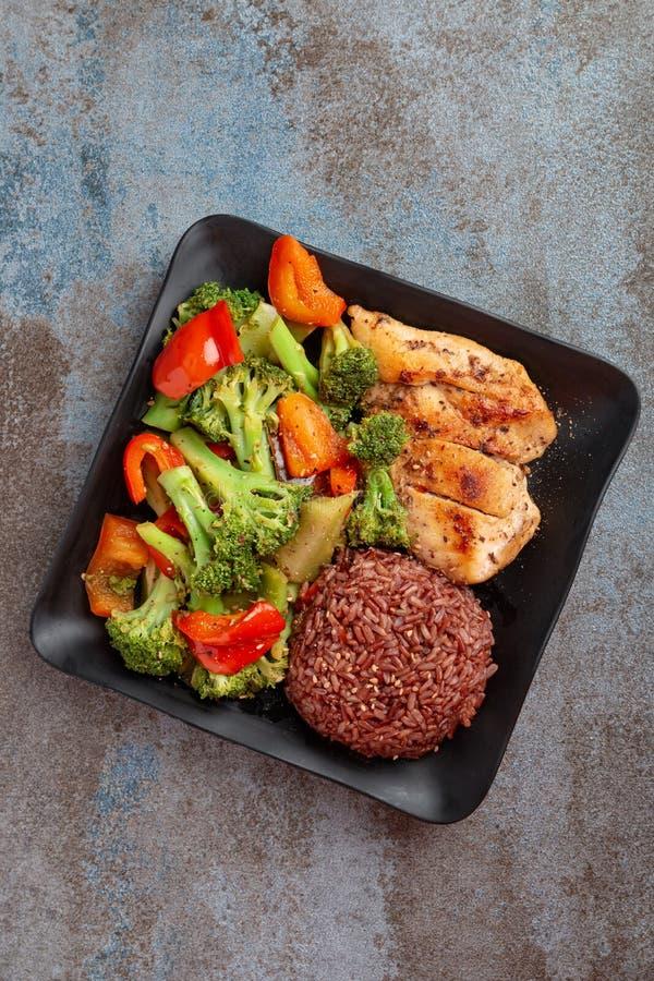 Naturreis mit der Grillhühnerbrust und -brokkoli mit Salat des grünen Pfeffers stockbilder