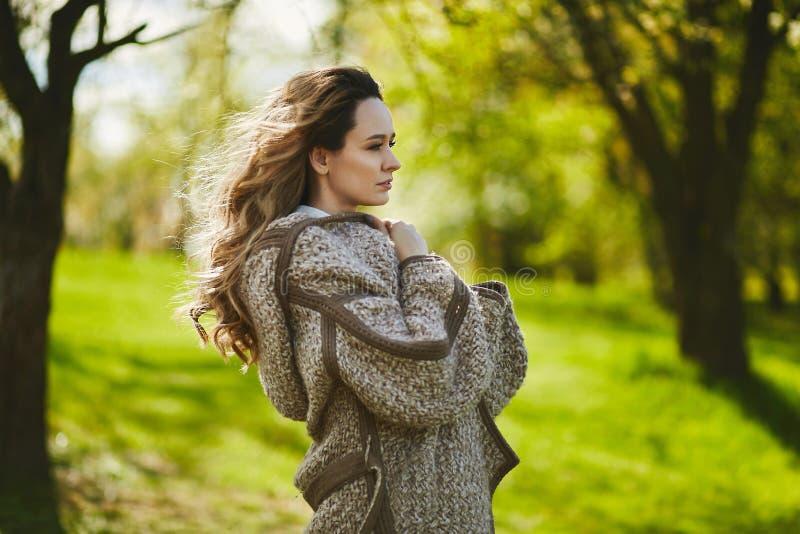 Naturschönheit, authentisches blondes Mädchen mit dem modischen Make-up, das draußen aufwirft lizenzfreies stockfoto